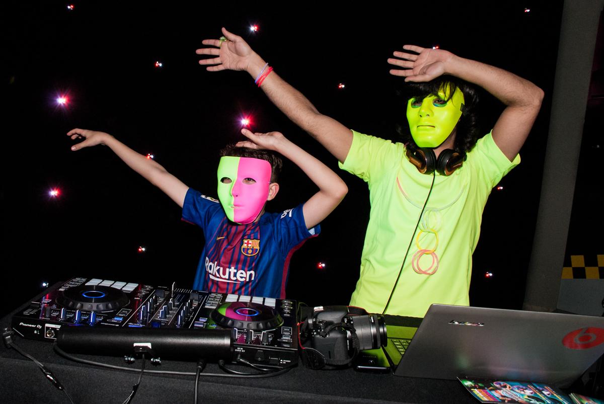 DJ anima a festa no Buffet Planeta Kids, aniversário de Gustavo 10 anos, tema da festa Barcelona