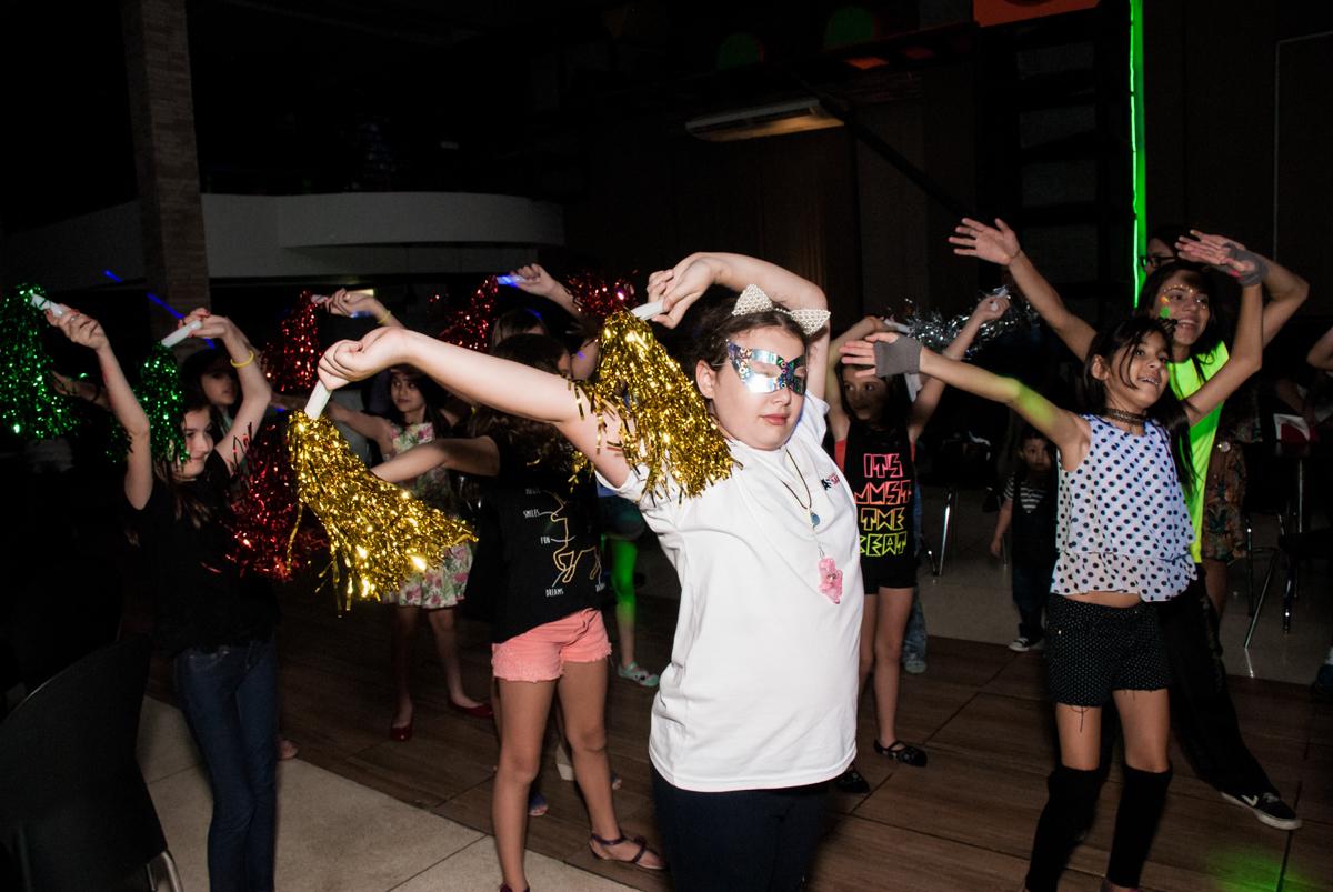 amigas curtem a balada animada no Buffet Planeta Kids, aniversário de Gustavo 10 anos, tema da festa Barcelona