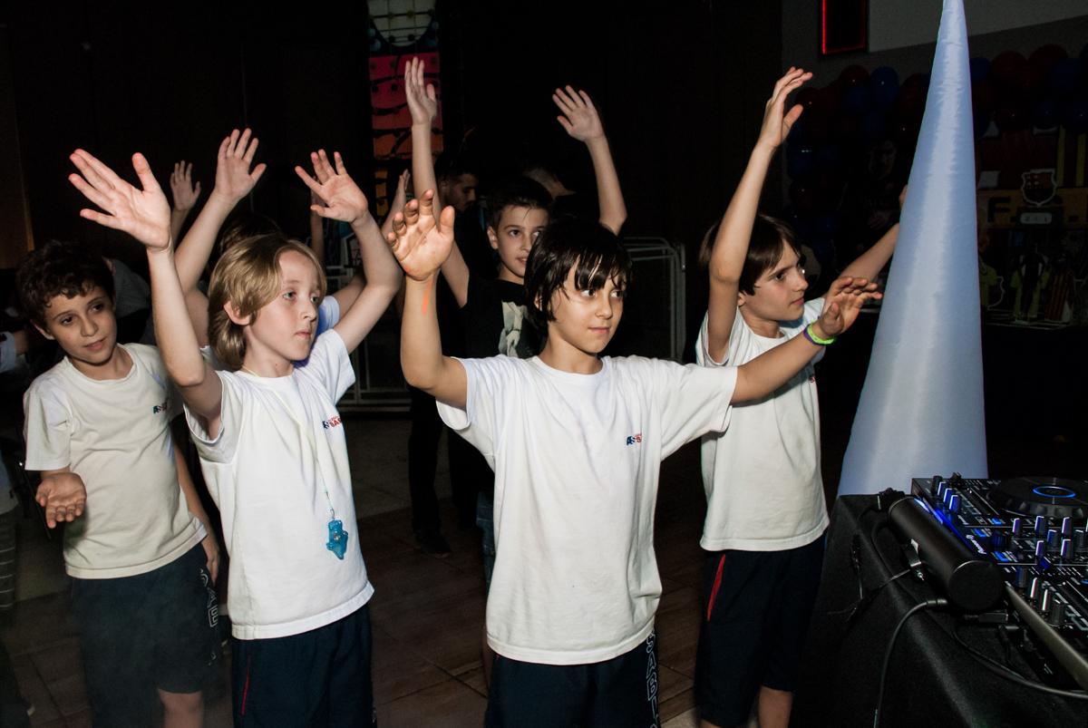 Os amigos também curtem a balada animada no Buffet Planeta Kids, aniversário de Gustavo 10 anos, tema da festa Barcelona