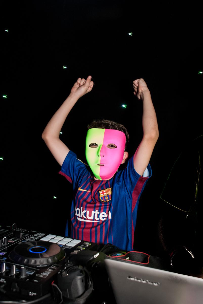 O DJ continua animando a festa no Buffet Planeta Kids, aniversário de Gustavo 10 anos, tema da festa Barcelona