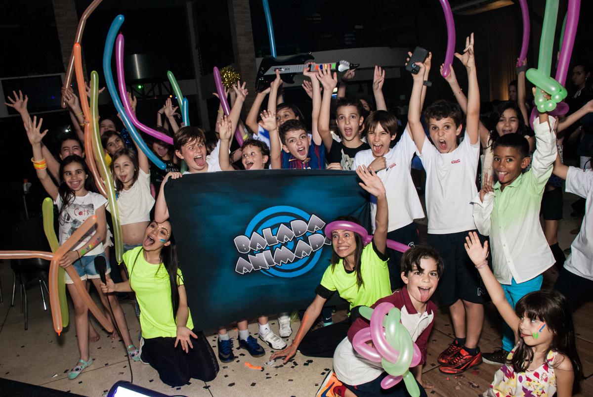 foto com os amigos da balada animada no Buffet Planeta Kids, aniversário de Gustavo 10 anos, tema da festa Barcelona