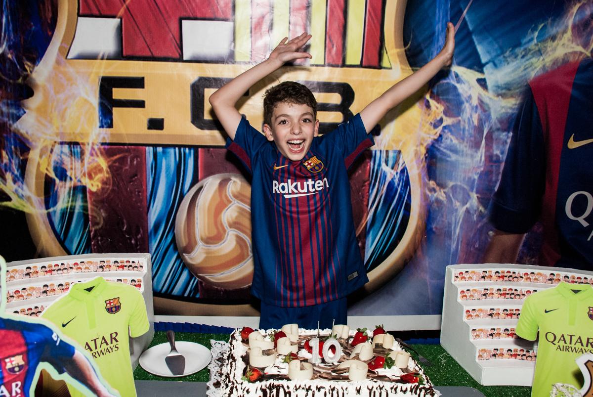 hora de cantar o parabéns no Buffet Planeta Kids, aniversário de Gustavo 10 anos, tema da festa Barcelona
