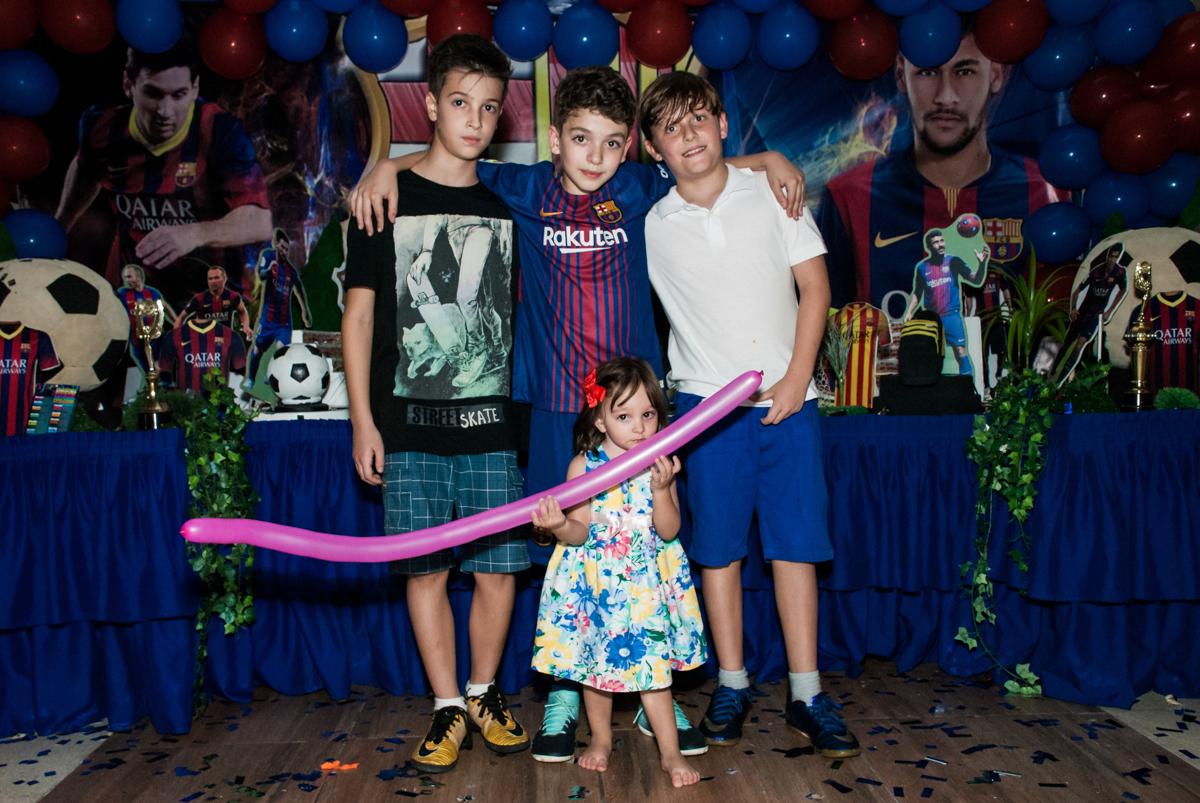 foto com os amigos no Buffet Planeta Kids, aniversário de Gustavo 10 anos, tema da festa Barcelona