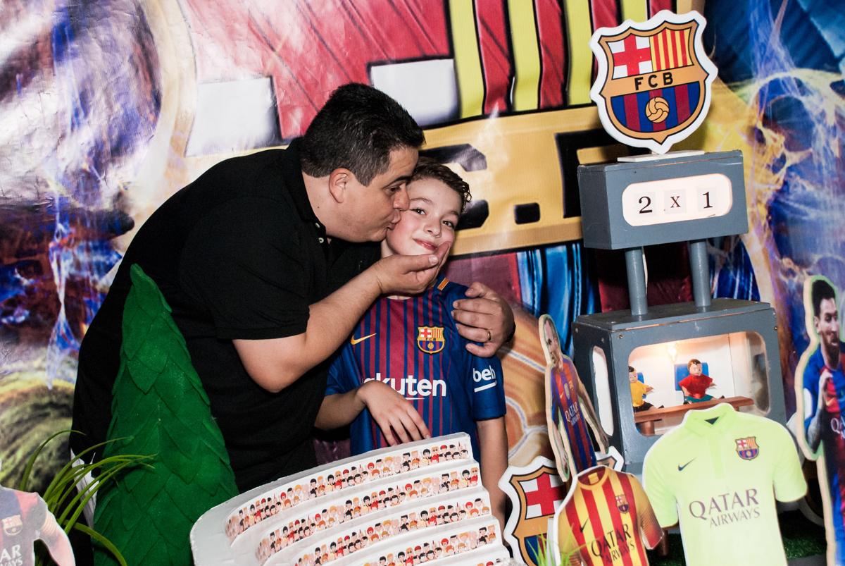 ganhando beijinho do pai no Buffet Planeta Kids, aniversário de Gustavo 10 anos, tema da festa Barcelona