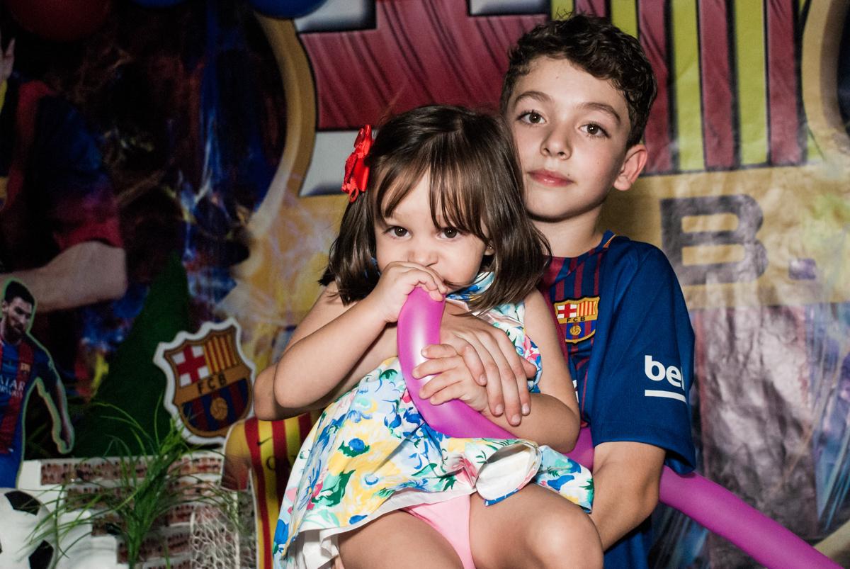 fotografia com a irmã no Buffet Planeta Kids, aniversário de Gustavo 10 anos, tema da festa Barcelona