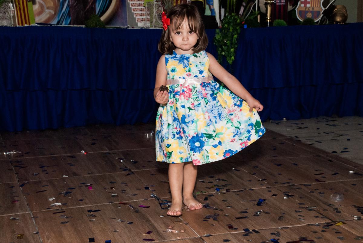 dançando pelo salão no Buffet Planeta Kids, aniversário de Gustavo 10 anos, tema da festa Barcelona