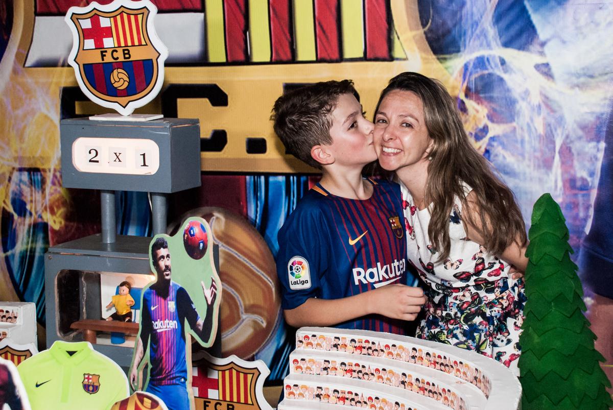 beijando a mãe no Buffet Planeta Kids, aniversário de Gustavo 10 anos, tema da festa Barcelona