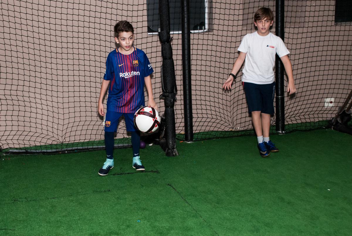 jogo de futebol animado no Buffet Planeta Kids, aniversário de Gustavo 10 anos, tema da festa Barcelona