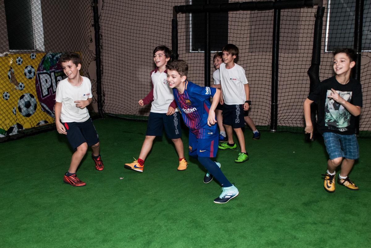 fazendo gol no jogo de futebol no Buffet Planeta Kids, aniversário de Gustavo 10 anos, tema da festa Barcelona