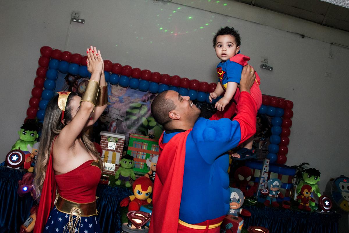 brincando com o aniversariante no buffet Zezé e Lelé, aniversário de Otávio 1 ano, tema da festa heróis baby