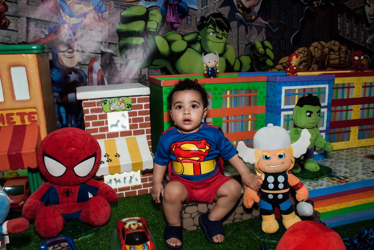 foto do aniversariante na mesa decorada no buffet Zezé e Lelé, aniversário de Otávio 1 ano, tema da festa heróis baby