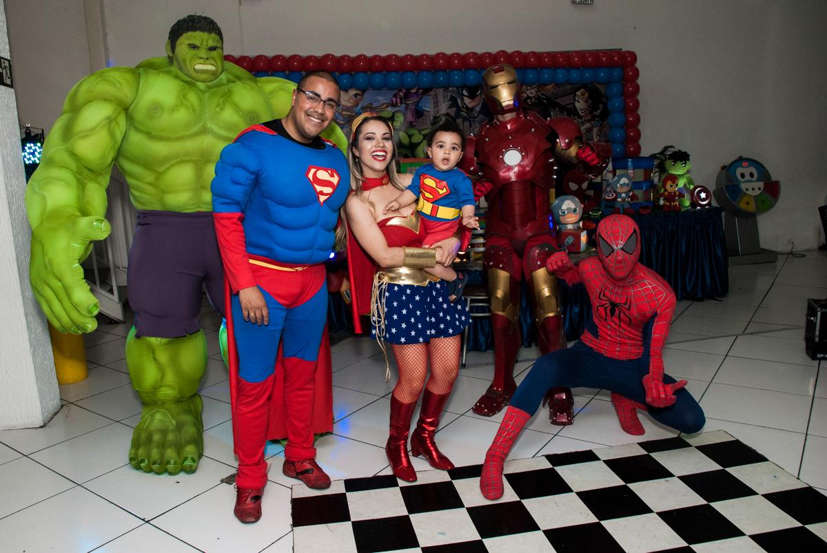 fotografia da família com os super heróis no buffet Zezé e Lelé, aniversário de Otávio 1 ano, tema da festa heróis baby