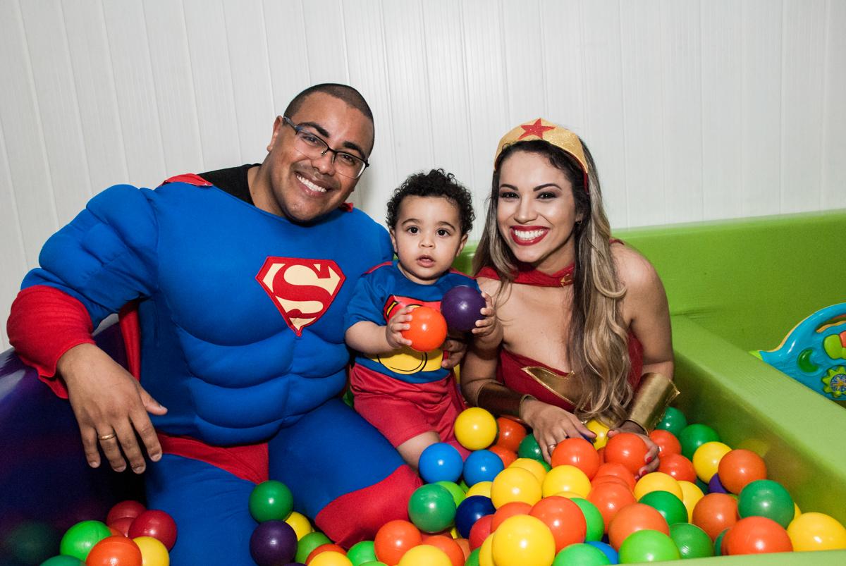 família brinca na piscina de bolinhas no buffet Zezé e Lelé, aniversário de Otávio 1 ano, tema da festa heróis baby