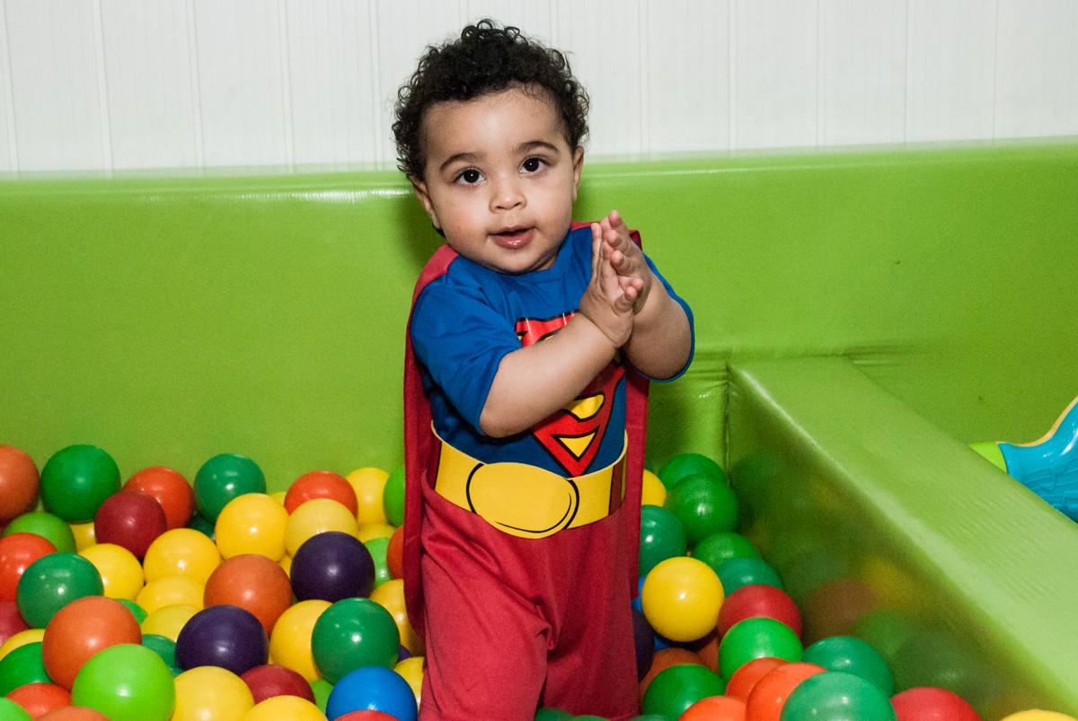 curtindo a piscina de bolinhas no buffet Zezé e Lelé, aniversário de Otávio 1 ano, tema da festa heróis baby