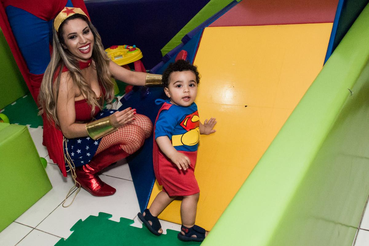 brincando na área baby no buffet Zezé e Lelé, aniversário de Otávio 1 ano, tema da festa heróis baby
