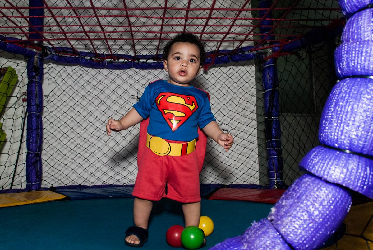 brincando na cama elástica no buffet Zezé e Lelé, aniversário de Otávio 1 ano, tema da festa heróis baby