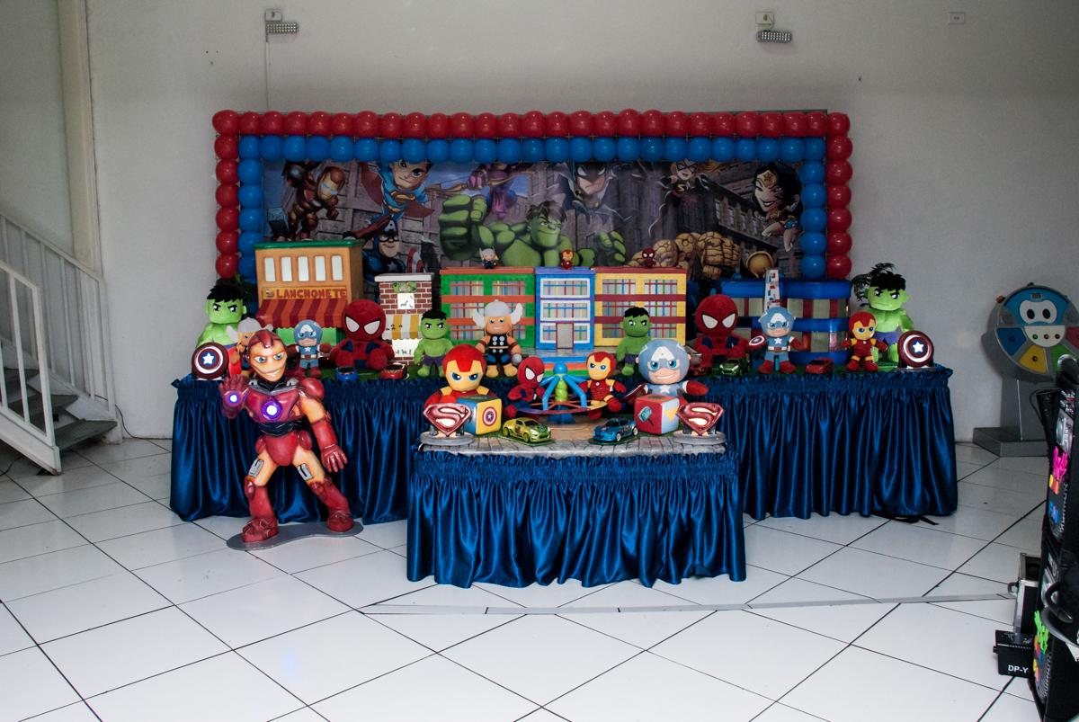 mesa decorada no buffet Zezé e Lelé, aniversário de Otávio 1 ano, tema da festa heróis baby