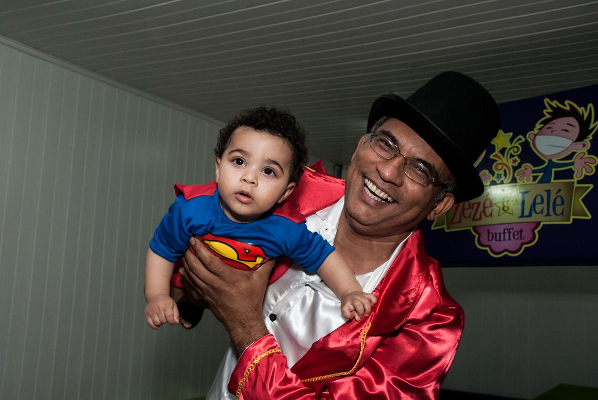 vovô brinca de aviãozinho no buffet Zezé e Lelé, aniversário de Otávio 1 ano, tema da festa heróis baby
