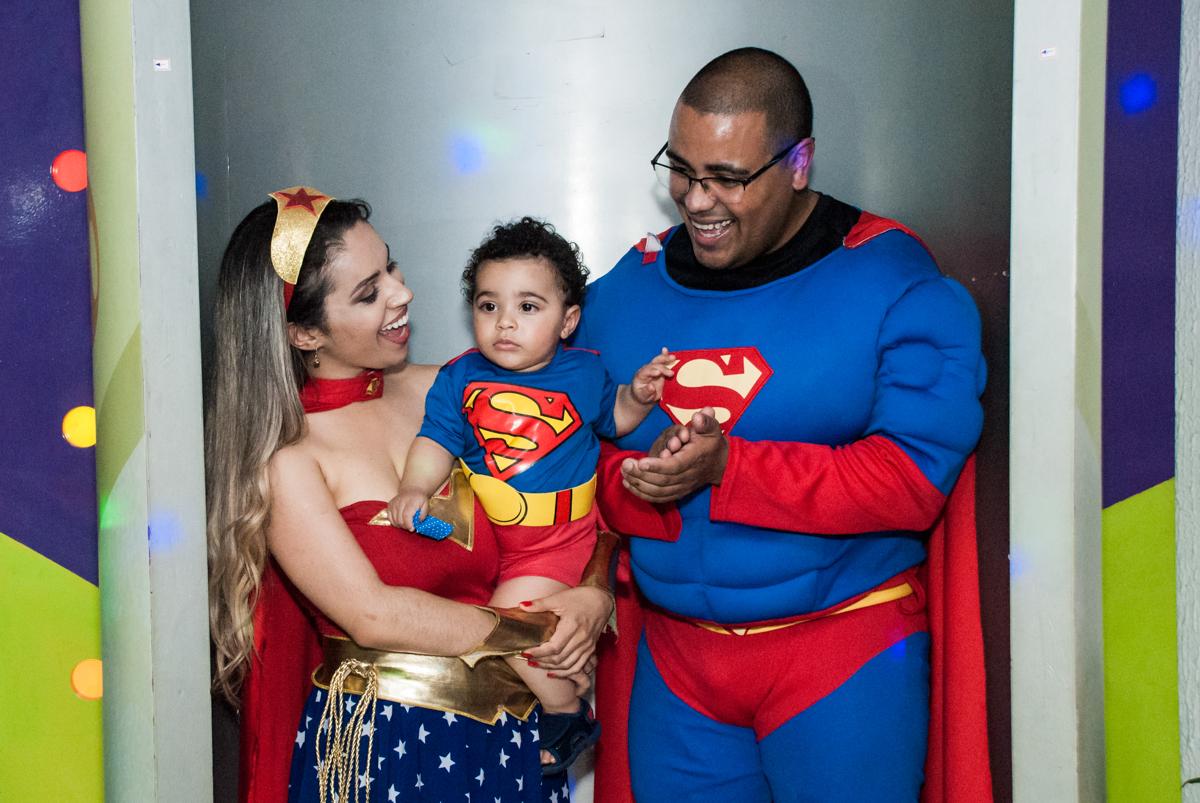 chegou a hora do parabéns no buffet Zezé e Lelé, aniversário de Otávio 1 ano, tema da festa heróis baby