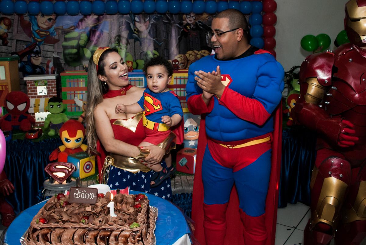 cantando parabéns no buffet Zezé e Lelé, aniversário de Otávio 1 ano, tema da festa heróis baby