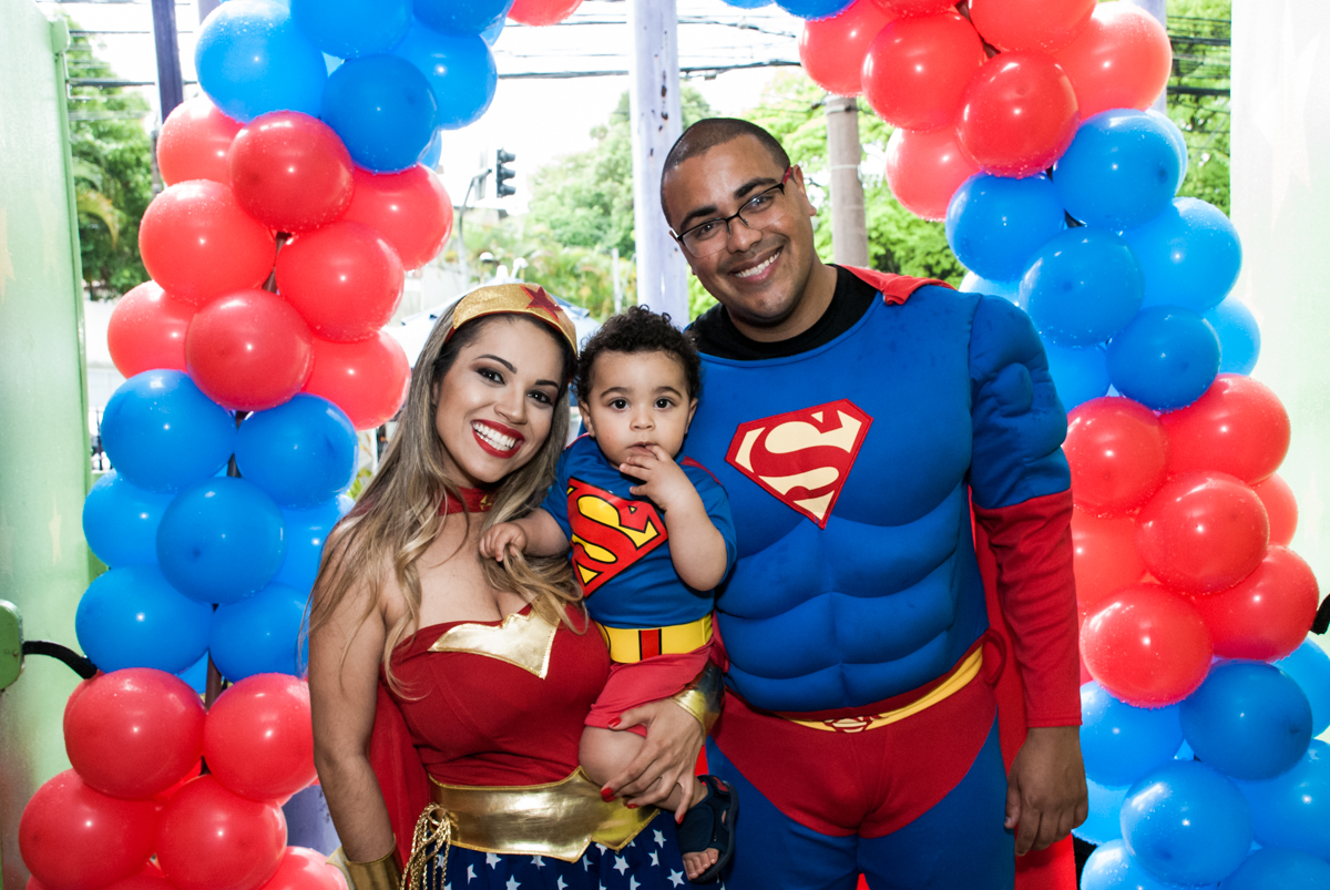 fotos feita embaixo do arco de bexigas no buffet Zezé e Lelé, aniversário de Otávio 1 ano, tema da festa heróis baby