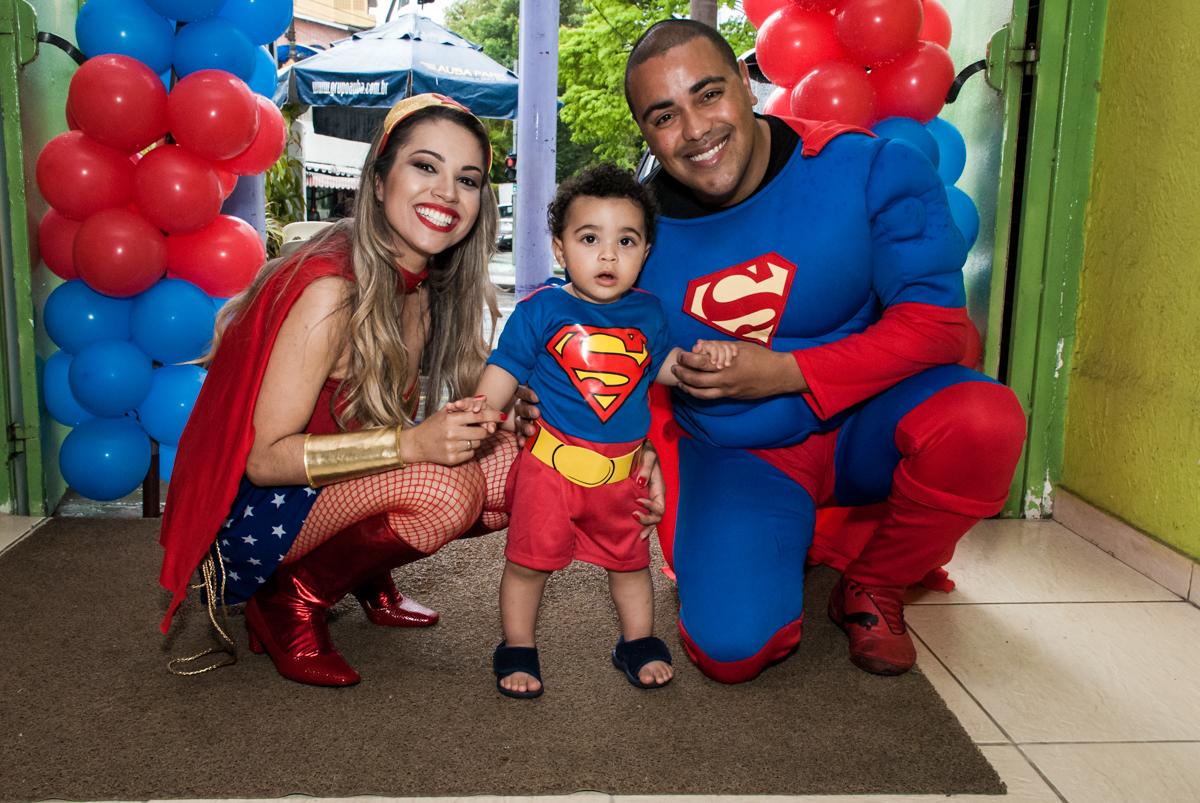 fotografia da família no buffet Zezé e Lelé, aniversário de Otávio 1 ano, tema da festa heróis baby
