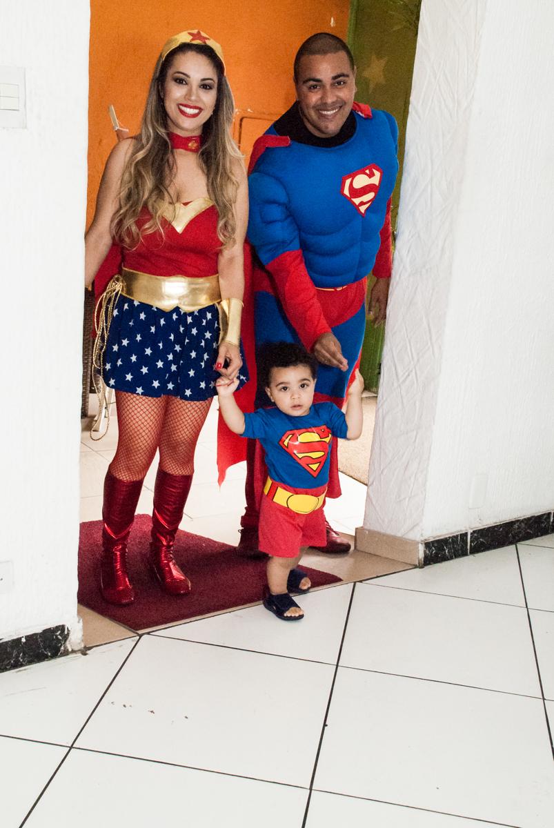 entrada da família para a festa no buffet Zezé e Lelé, aniversário de Otávio 1 ano, tema da festa heróis baby