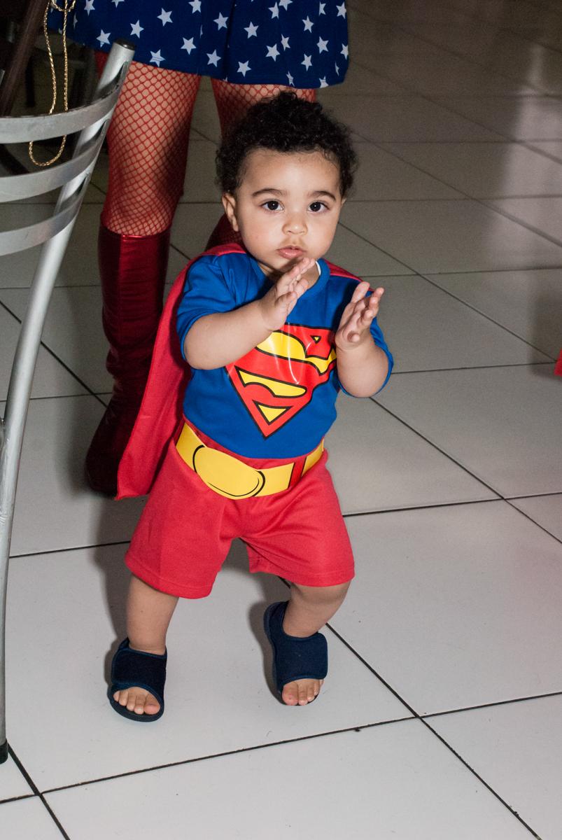 aniversariante entra sozinho em sua festa no buffet Zezé e Lelé, aniversário de Otávio 1 ano, tema da festa heróis baby