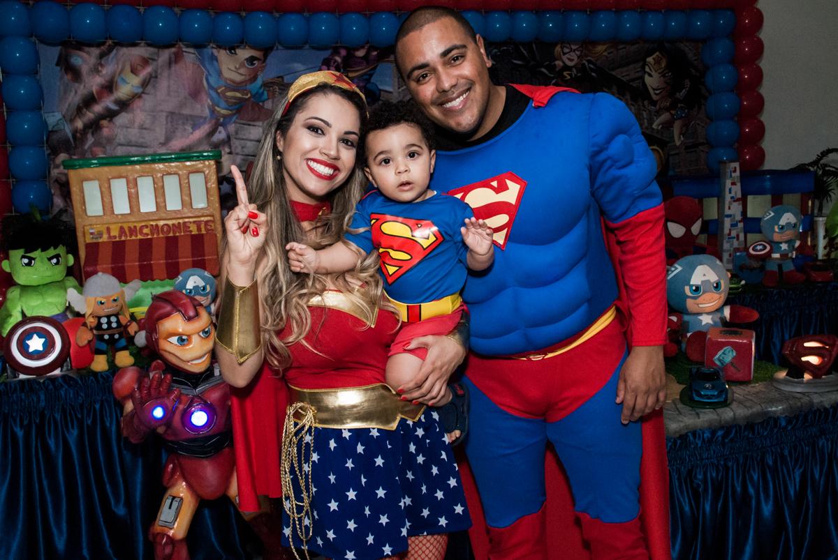 fotografia da família na mesa decorada no buffet Zezé e Lelé, aniversário de Otávio 1 ano, tema da festa heróis baby