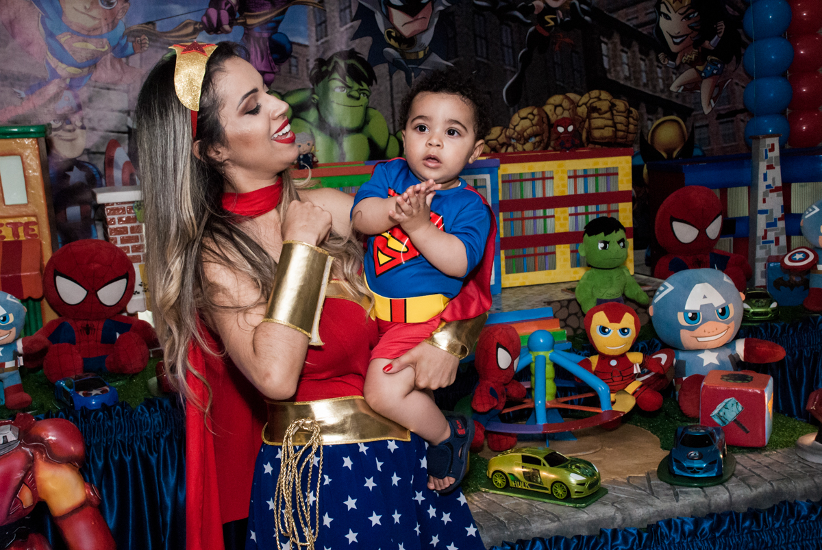 foto mãe e filho no buffet Zezé e Lelé, aniversário de Otávio 1 ano, tema da festa heróis baby