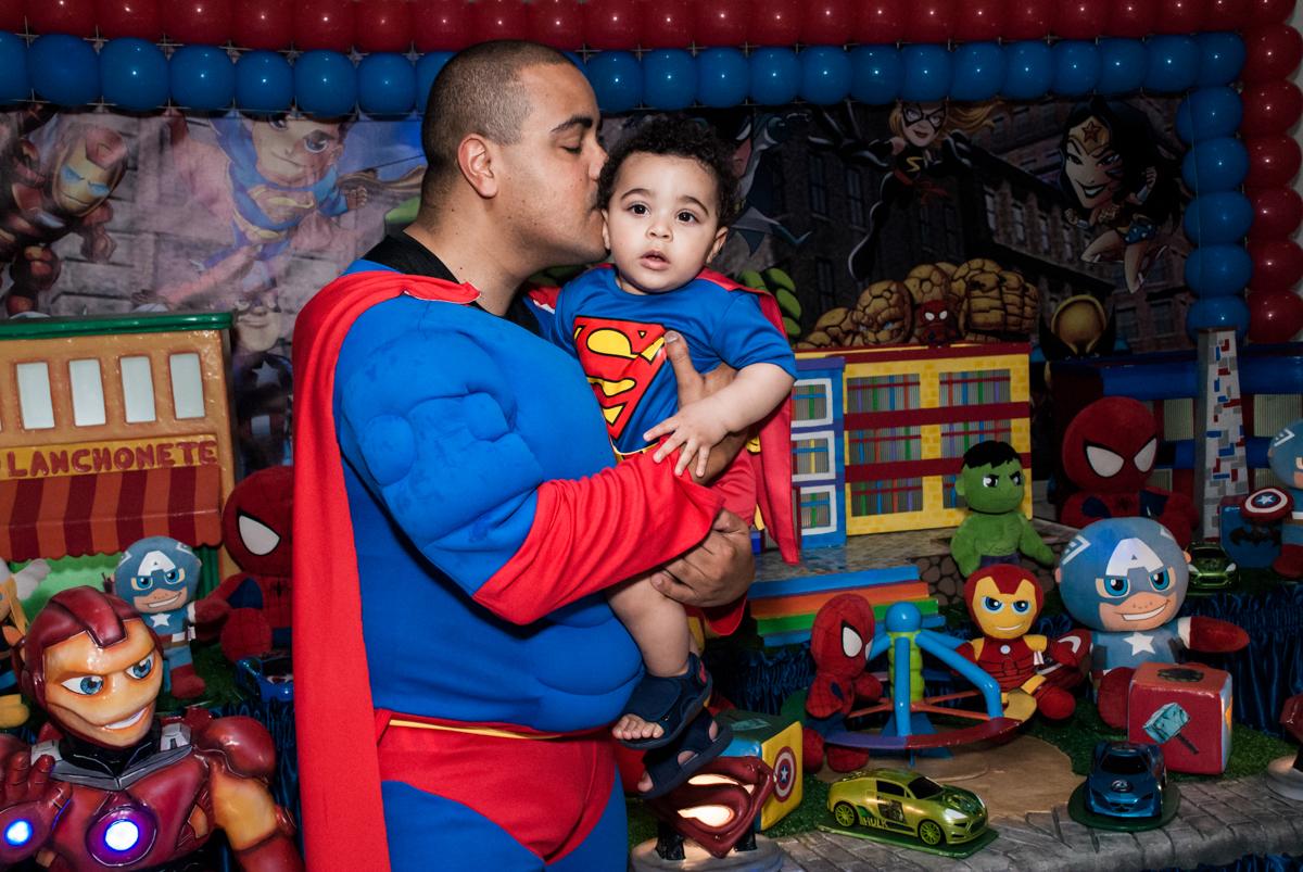 foto pai e filho no buffet Zezé e Lelé, aniversário de Otávio 1 ano, tema da festa heróis baby