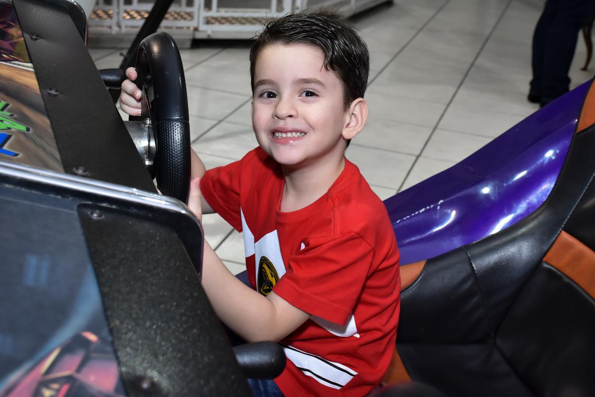 amiguinho brinca no simulador de corridas no Buffet Fábrica da Alegria, Osasco, São Paulo, tema da festa, meu malvado favorito