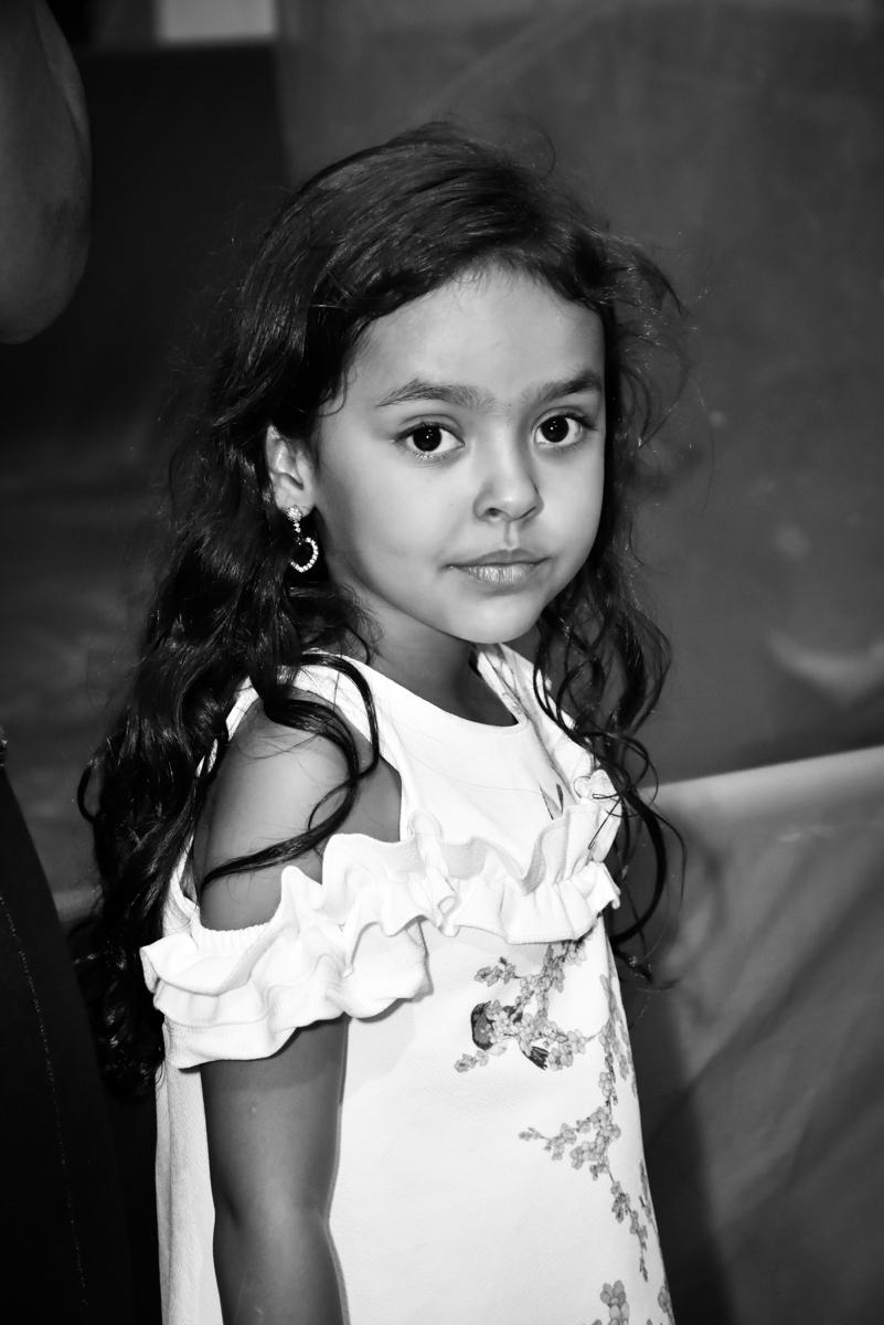 irmã do aniversariante posa para a foto no Buffet Fábrica da Alegria, Osasco, São Paulo, tema da festa, meu malvado favorito