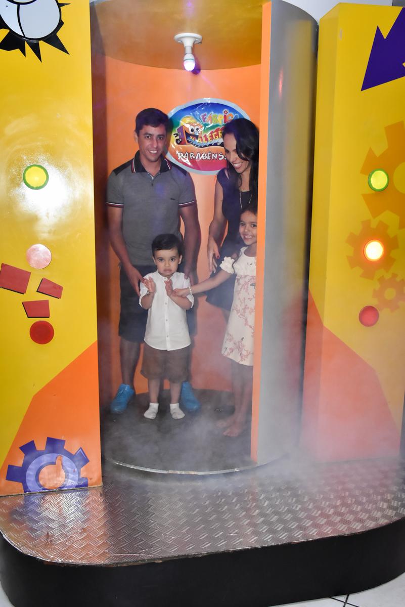 saindo da máquina do parabéns no Buffet Fábrica da Alegria, Osasco, São Paulo, tema da festa, meu malvado favorito