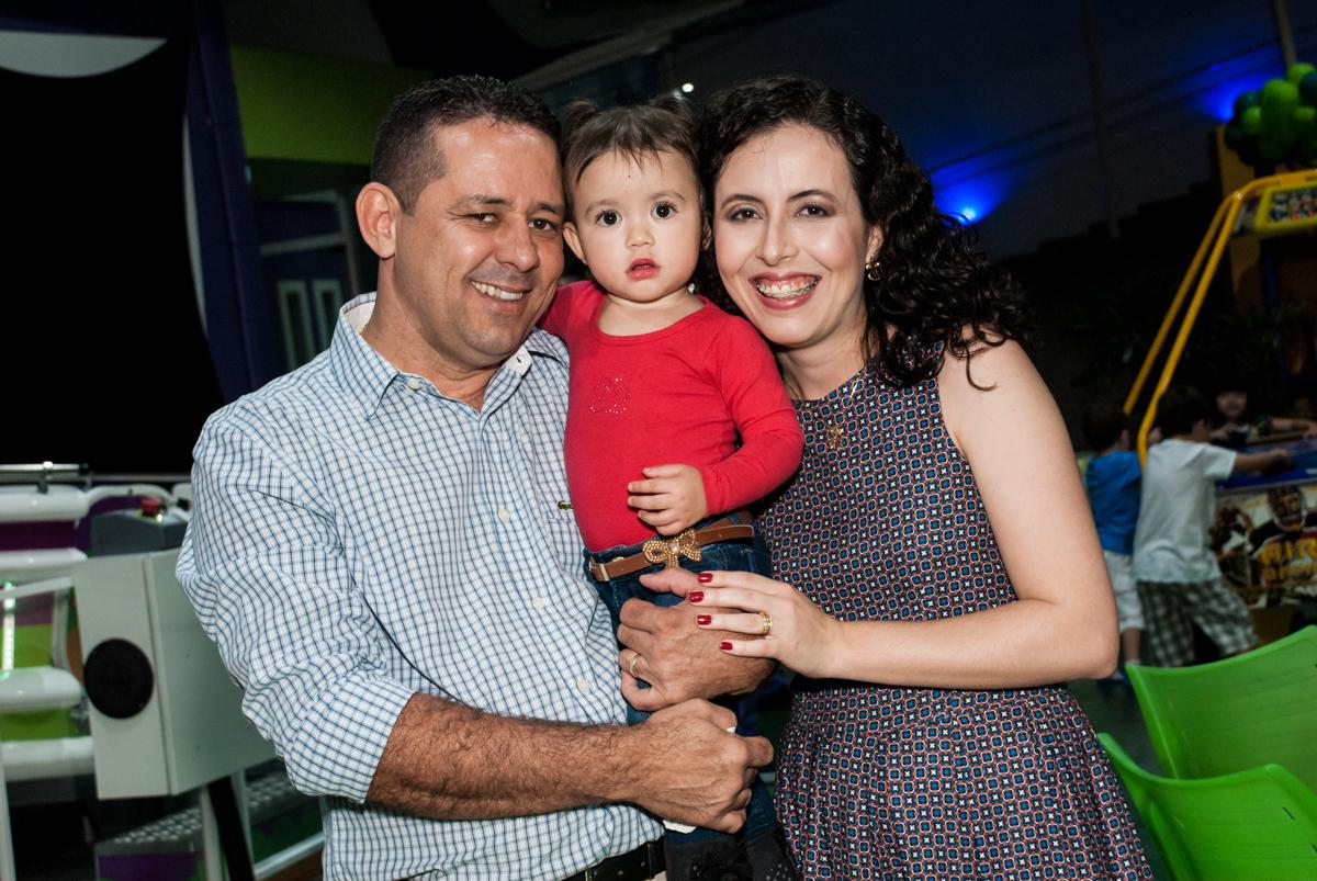 os pais fazem foto com a afilhada no Buffet Balakatoon, saude, são Paulo, aniversário de João Gabriel 5 anos, tema da festa carros
