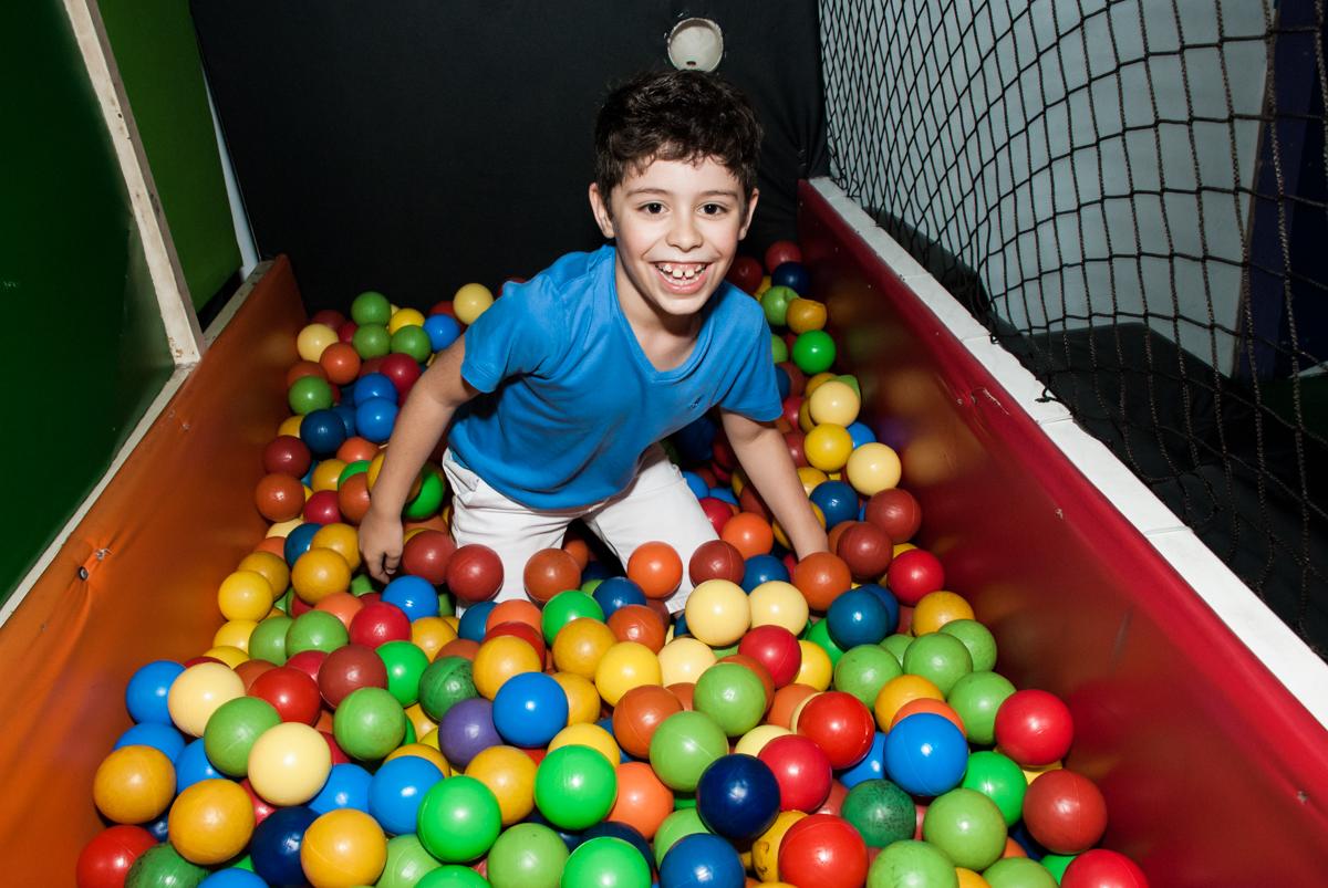 brincadeira divertida na piscina de bolinhas no Buffet Balakatoon, saude, são Paulo, aniversário de João Gabriel 5 anos, tema da festa carros