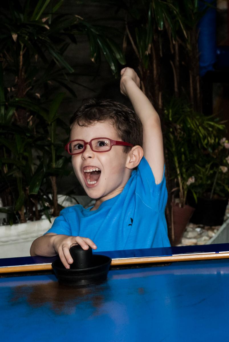 comemorando gol no Buffet Balakatoon, saude, são Paulo, aniversário de João Gabriel 5 anos, tema da festa carros