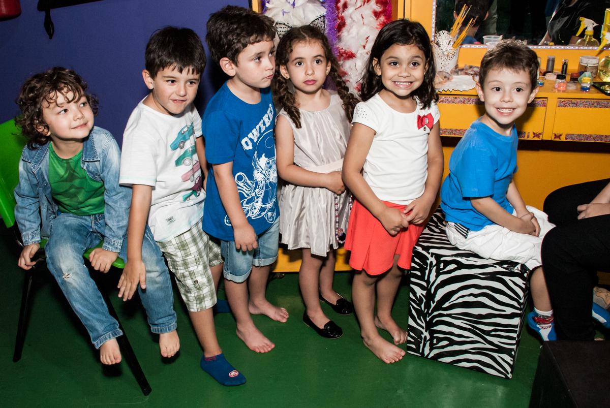 fotografia do aniversariante com os amigos no Buffet Balakatoon, saude, são Paulo, aniversário de João Gabriel 5 anos, tema da festa carros