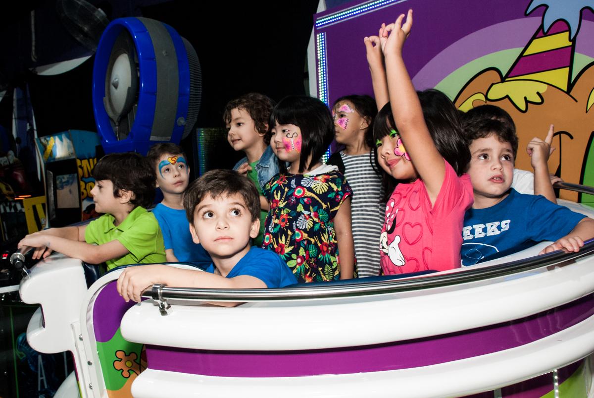 amigos brincam no labamba no Buffet Balakatoon, saude, são Paulo, aniversário de João Gabriel 5 anos, tema da festa carros