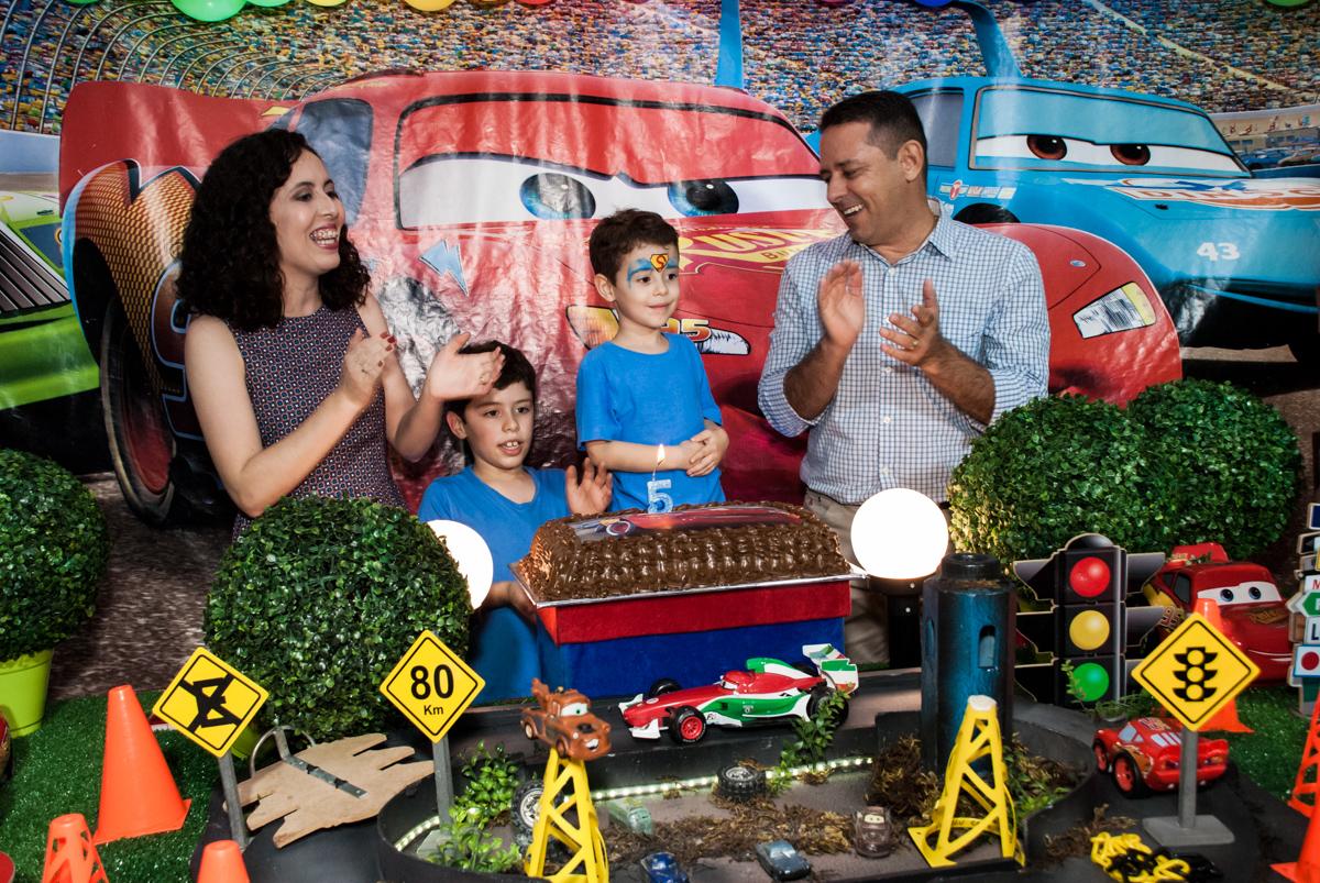chegou a hora do parabêns no Buffet Balakatoon, saude, são Paulo, aniversário de João Gabriel 5 anos, tema da festa carros