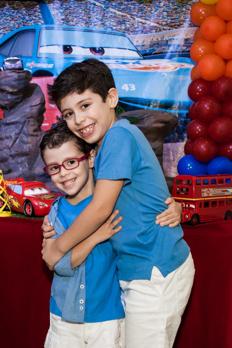 fotografia dos irmãos no Buffet Balakatoon, saude, são Paulo, aniversário de João Gabriel 5 anos, tema da festa carros