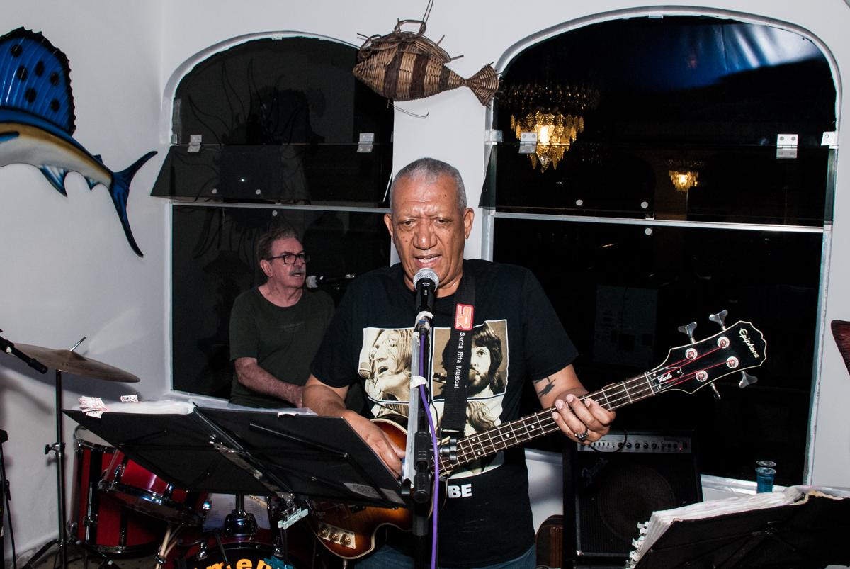 banda dos anos 60 muito animada no aniversário de Helena 40 e Wanderley 67 anos, festa realizada no condomínio, Morumbi, São Paulo
