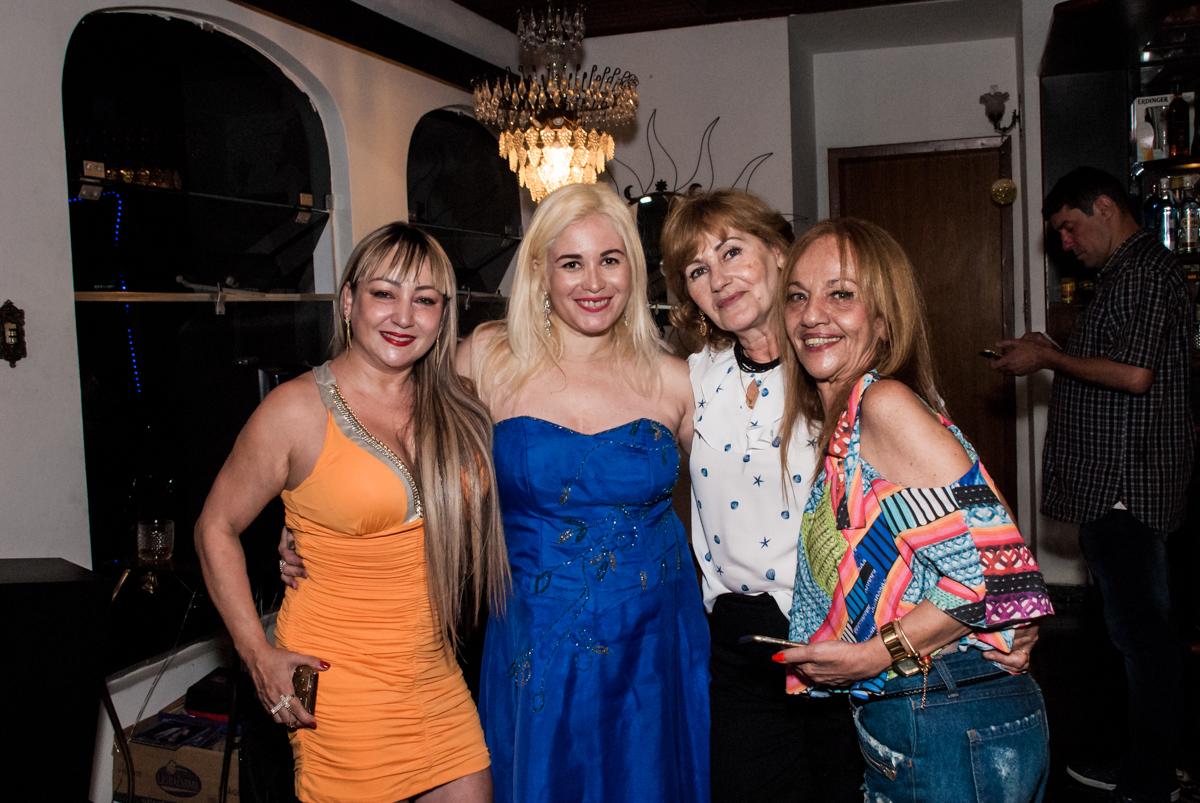 aniversariante e amigas no aniversário de Helena 40 e Wanderley 67 anos, festa realizada no condomínio, Morumbi, São Paulo