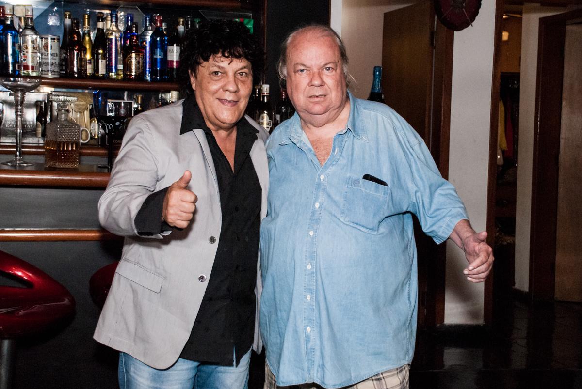foto com o aniversariante e o cantor Wanderley Cardoso no aniversário de Helena 40 e Wanderley 67 anos, festa realizada no condomínio, Morumbi, São Paulo