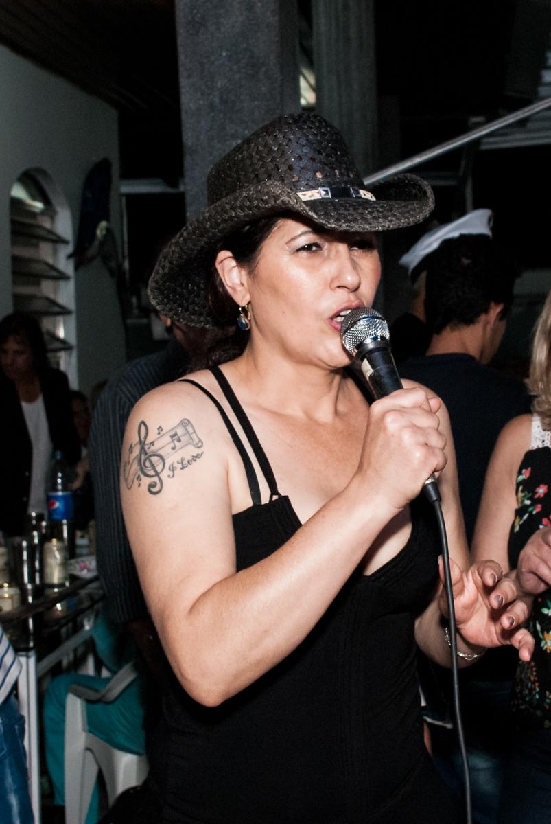 cantora se apresenta no aniversário de Helena 40 e Wanderley 67 anos, festa realizada no condomínio, Morumbi, São Paulo