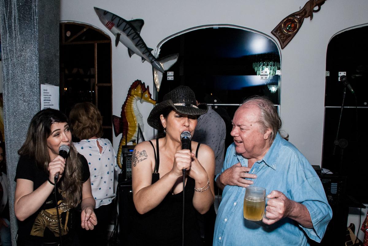 muita alegria no show dos anos 60 no aniversário de Helena 40 e Wanderley 67 anos, festa realizada no condomínio, Morumbi, São Paulo