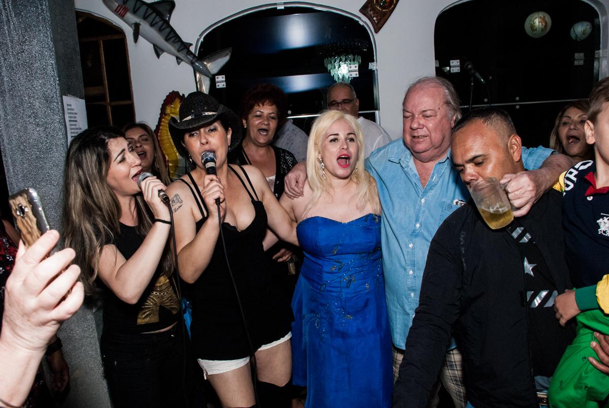 todos particpam do show com cantores dos anos 60 no aniversário de Helena 40 e Wanderley 67 anos, festa realizada no condomínio, Morumbi, São Paulo