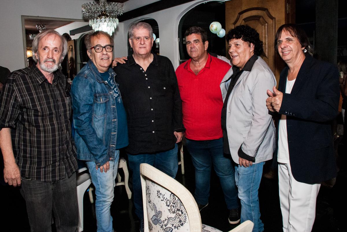 cronner da banda pholhas faz foto com os amigos no aniversário de Helena 40 e Wanderley 67 anos, festa realizada no condomínio, Morumbi, São Paulo