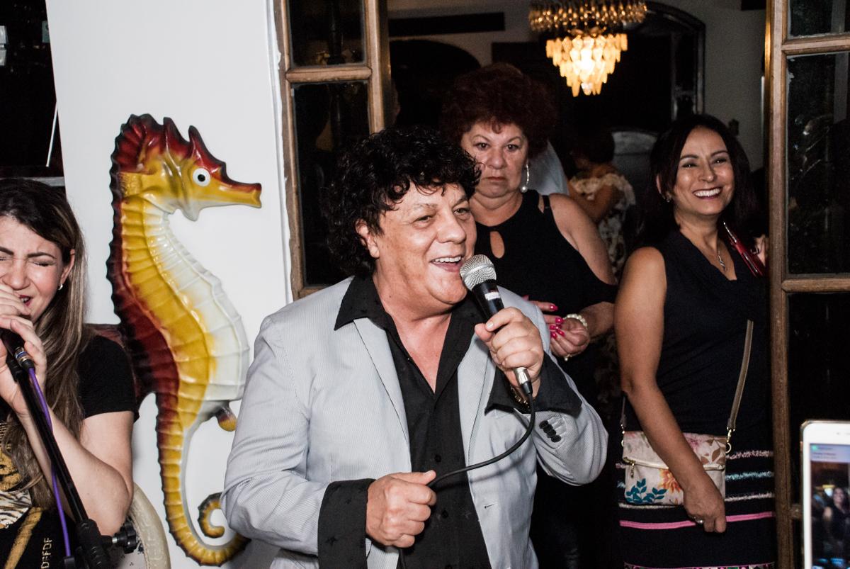 Wanderley Cardoso canta na festa no aniversário de Helena 40 e Wanderley 67 anos, festa realizada no condomínio, Morumbi, São Paulo