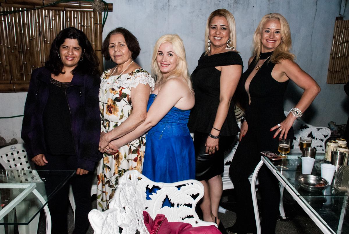 pose para a foto das amigas no aniversário de Helena 40 e Wanderley 67 anos, festa realizada no condomínio, Morumbi, São Paulo